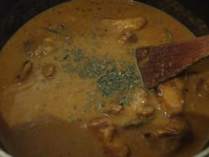 Adding fenugreek powder to the gravy